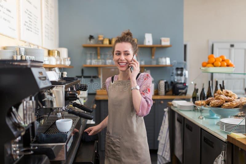 Femme travaillant dans le café-restaurant images stock