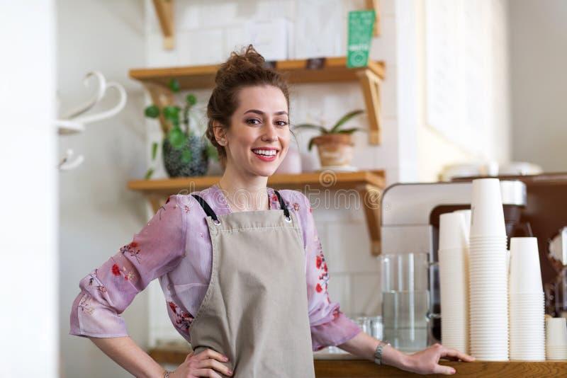 Femme travaillant dans le café-restaurant photo stock
