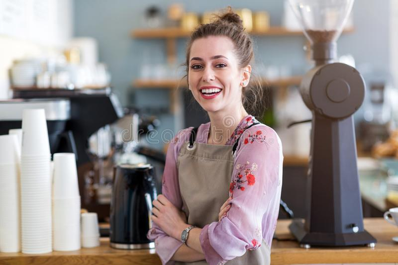 Femme travaillant dans le café-restaurant images libres de droits