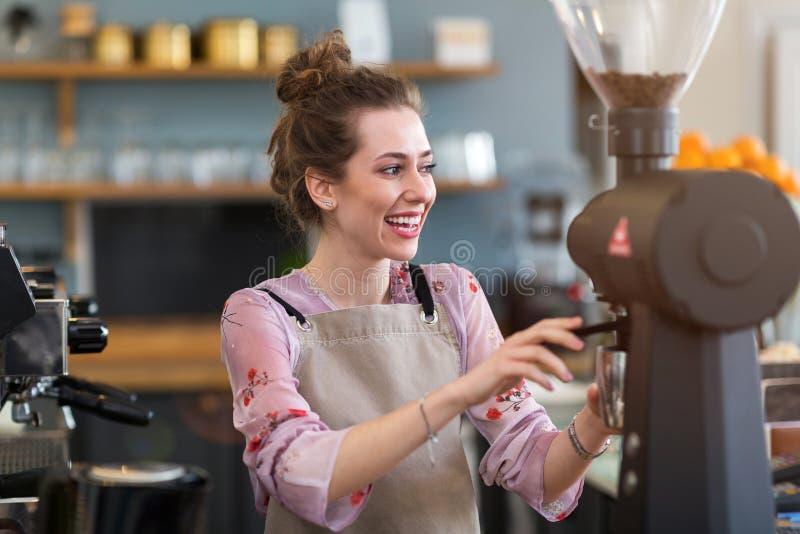 Femme travaillant dans le caf?-restaurant photo libre de droits