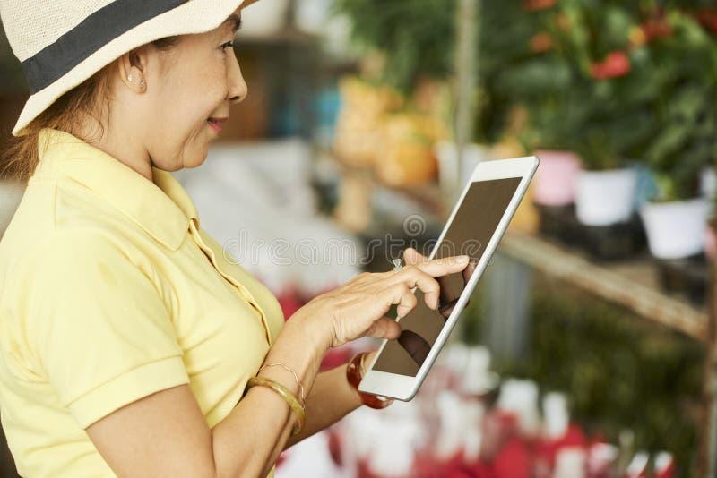 Femme travaillant dans le fleuriste photos libres de droits