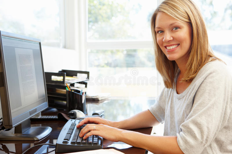 Femme travaillant dans le Home Office photo libre de droits