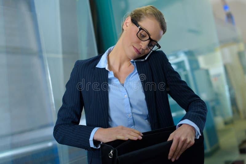 Femme travaillant dans le Home Office image stock