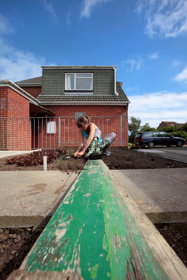 Femme travaillant dans le jardin à la maison photos stock