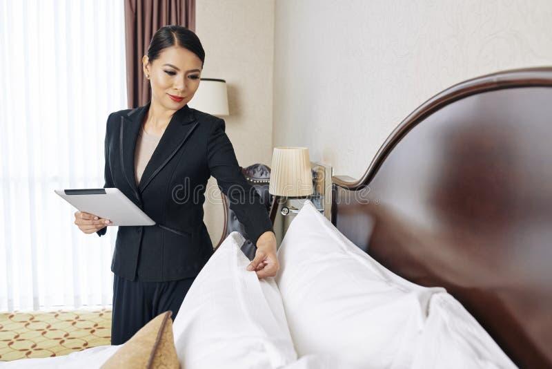 Femme travaillant en tant que directeur de l'hôtel photos stock