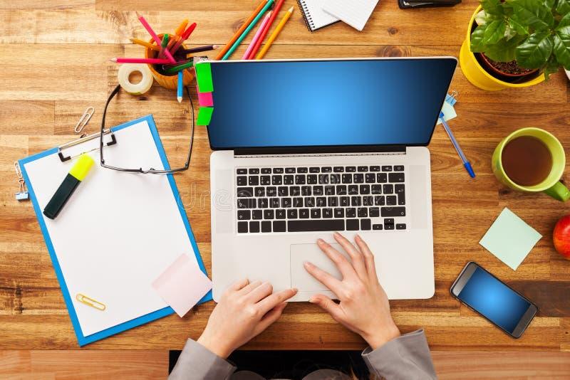 Femme travaillant sur l'ordinateur portatif photos stock