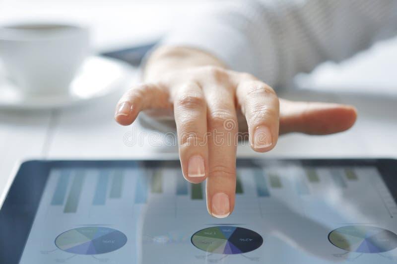 Femme travaillant sur le PC de tablette photographie stock libre de droits