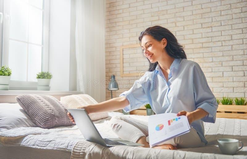 Femme travaillant sur un ordinateur portatif photos stock