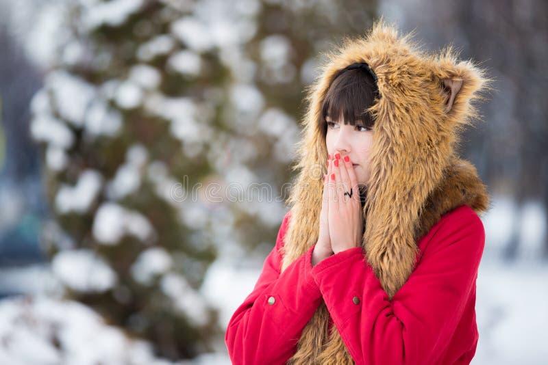 Femme tremblant du froid dehors dans l'hiver photographie stock libre de droits