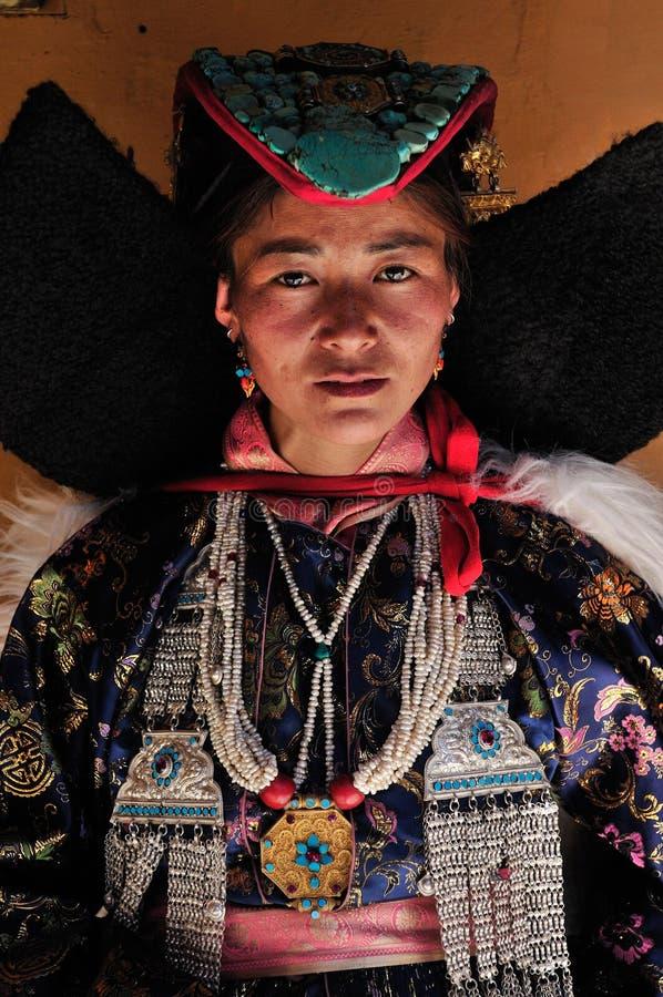 Femme tribale de Ladakhi dans l'habillement traditionnel sur le festival traditionnel de Ladakh image libre de droits