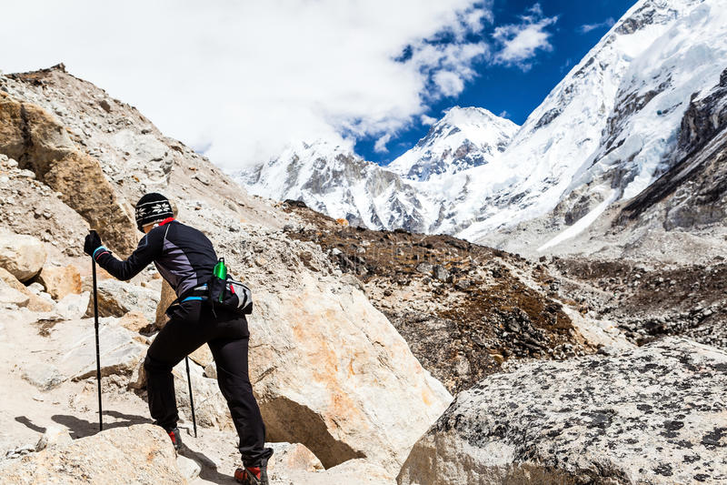 Femme trimardant au basecamp d'Everest image libre de droits