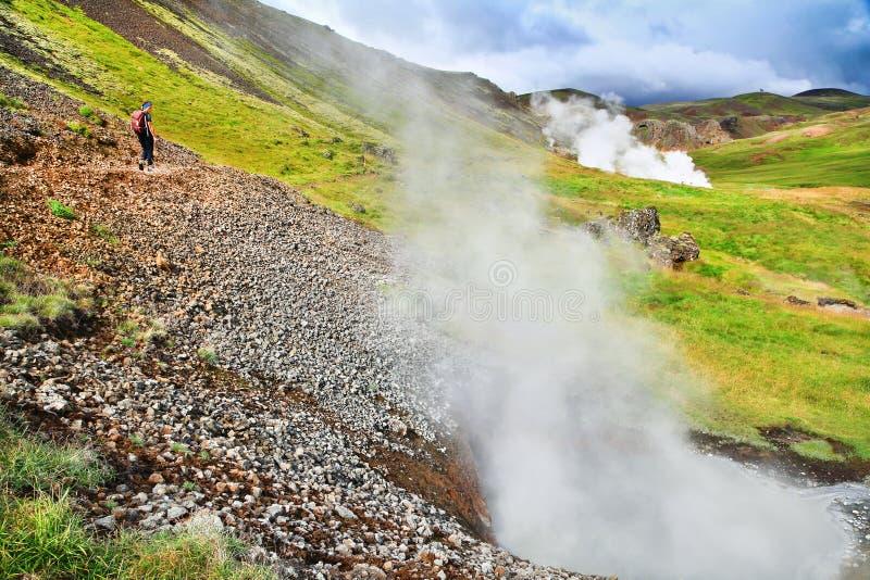 Femme trimardant dans le beau paysage géothermique en Islande photos stock