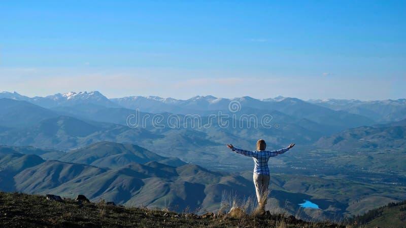 Femme trimardant en montagnes de cascade près de Winthrop image libre de droits