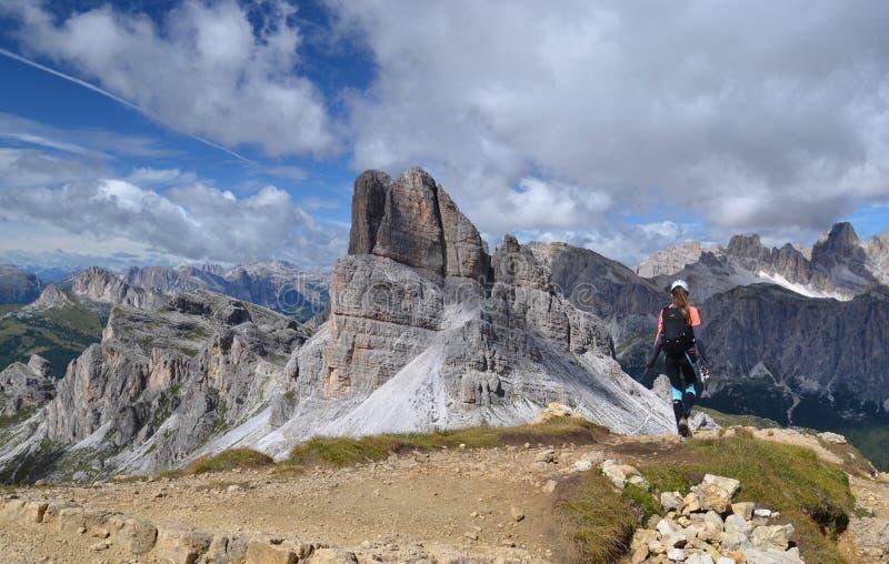 Femme trimardant en montagnes de dolomite photos libres de droits