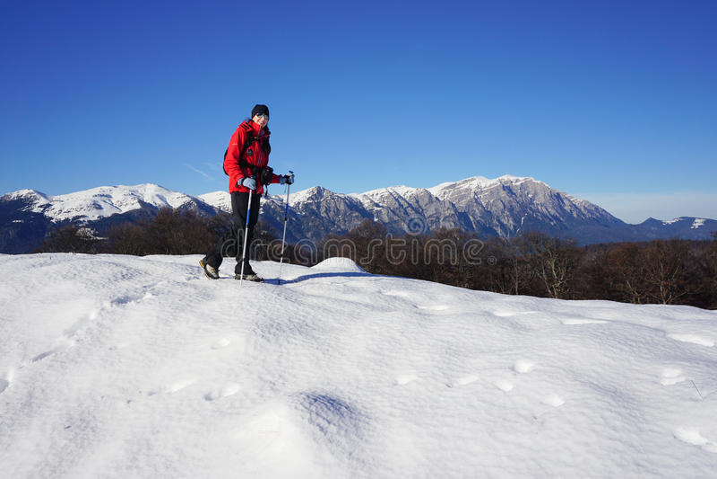 Femme trimardant pendant l'hiver photographie stock