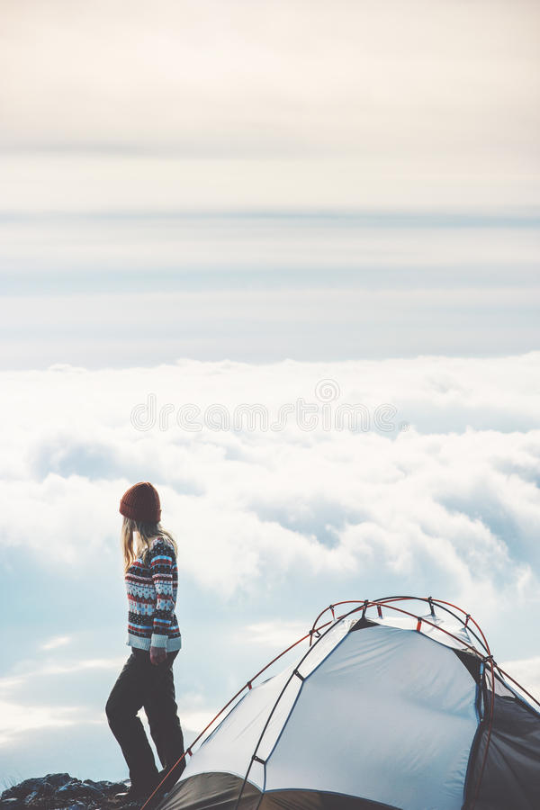 Femme trimardant sur nuages brumeux de falaise de montagne de seuls photographie stock libre de droits