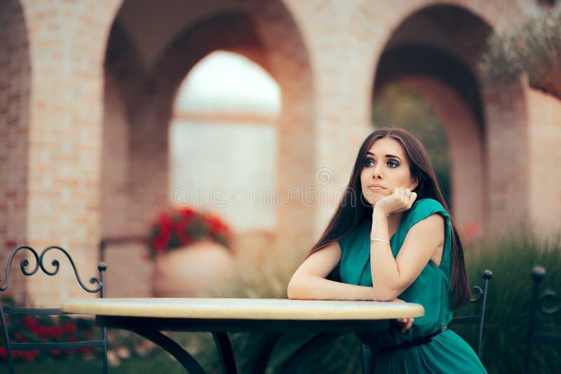 Femme triste étant tenue une date dans un restaurant photo libre de droits