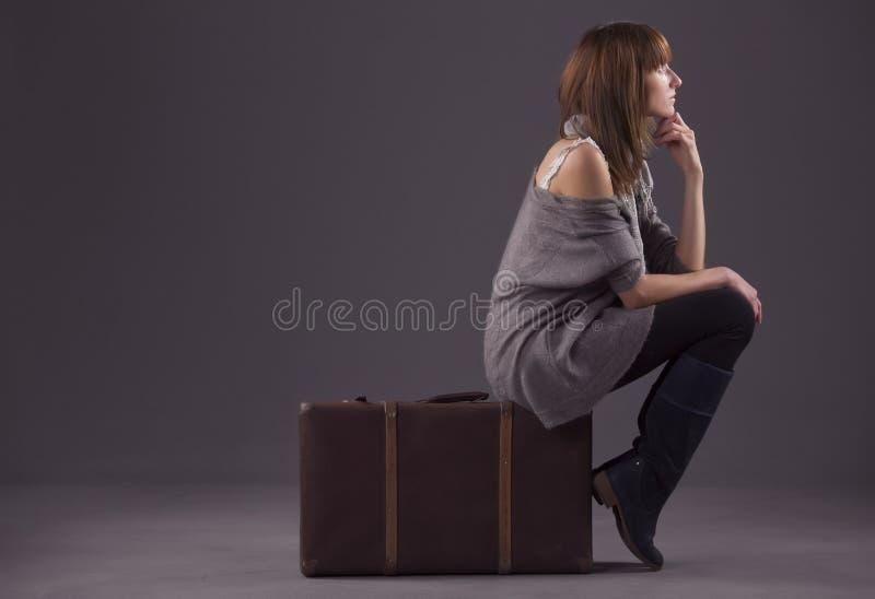 Femme triste avec des bagages photo stock