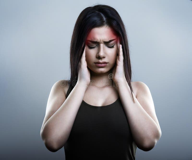 Femme triste ayant la migraine ou le mal de tête photo libre de droits