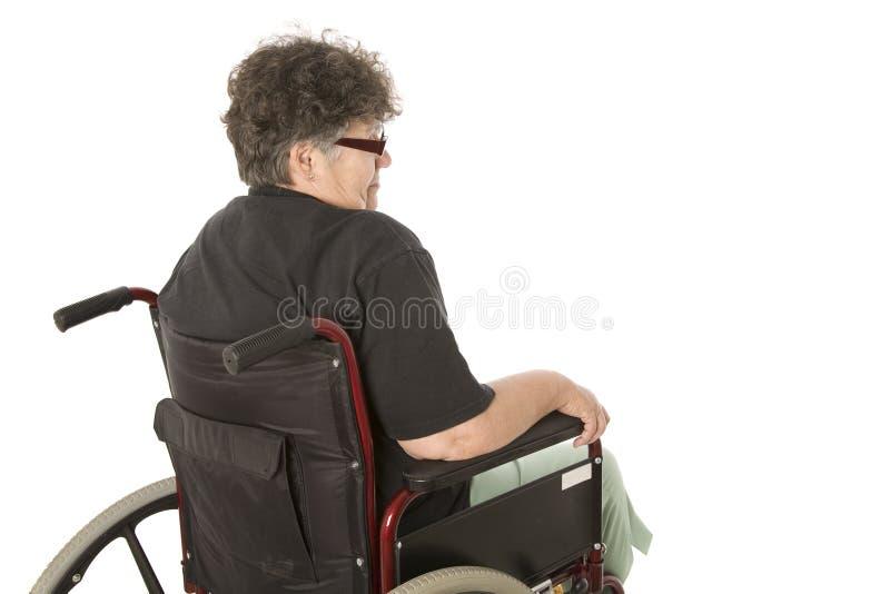Femme triste dans le fauteuil roulant images stock
