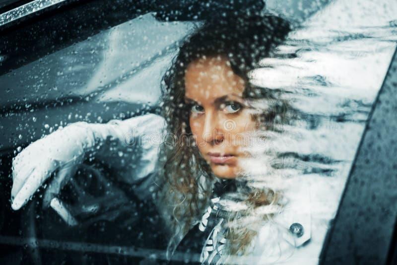 Femme triste et une pluie photos stock