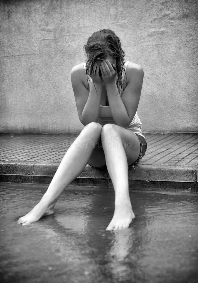 Femme triste pleurant sur la rue photographie stock