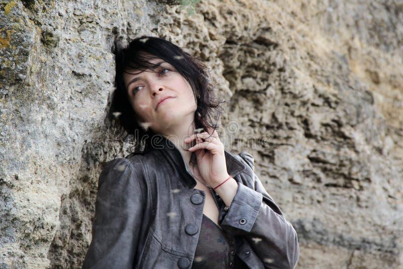 Femme triste près des roches Une photo images libres de droits