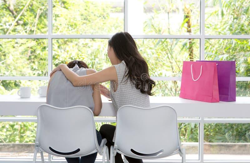 Femme triste s'asseyant dans la chambre Les amis n'abandonnent pas Fille triste et amis de soutien pour résoudre un problème images stock