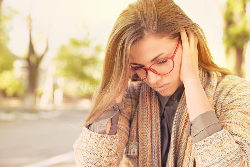 Femme triste soumise à une contrainte s'asseyant dehors Effort de style de vie urbaine de ville image stock