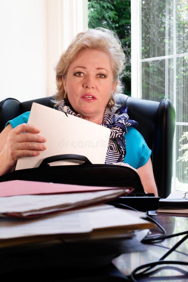 Femme trouvant les papiers de droite photographie stock libre de droits