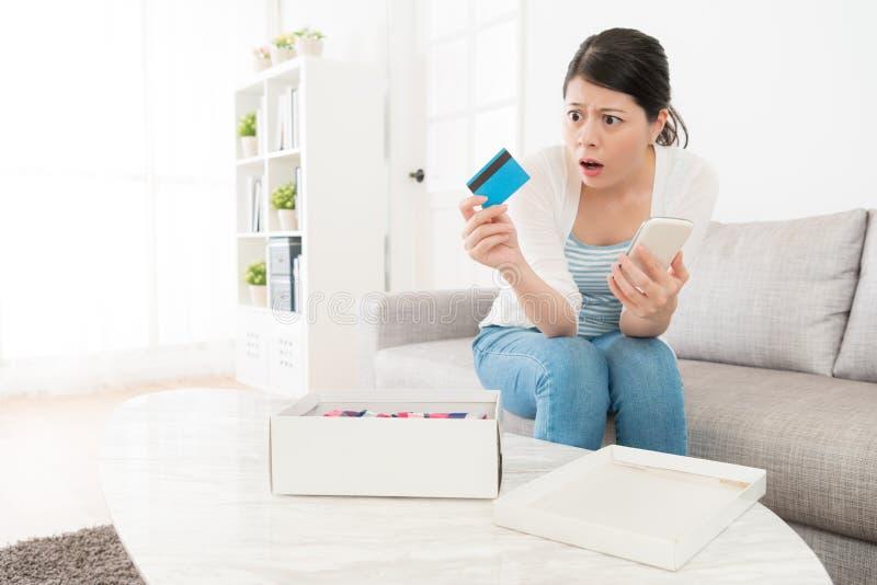 Femme trouvant sa carte de crédit avoir le problème image stock