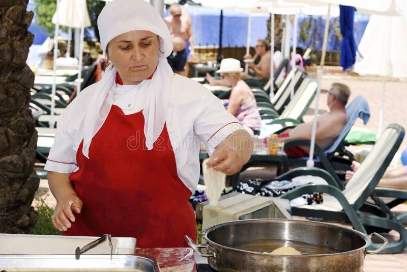 Femme turque faisant cuire les tartes traditionnels photo libre de droits