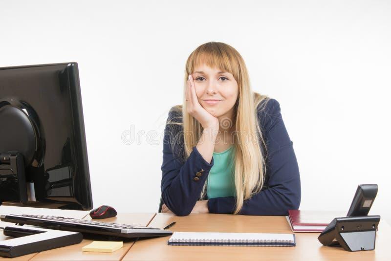 Femme un peu fatiguée d'affaires derrière un bureau image libre de droits