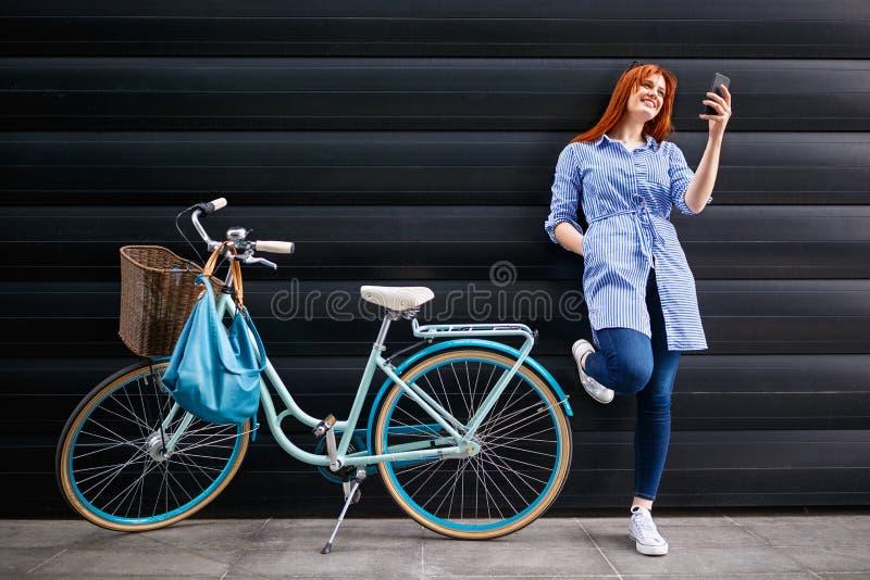 Femme urbaine regardant au téléphone portable dans la ville photo libre de droits