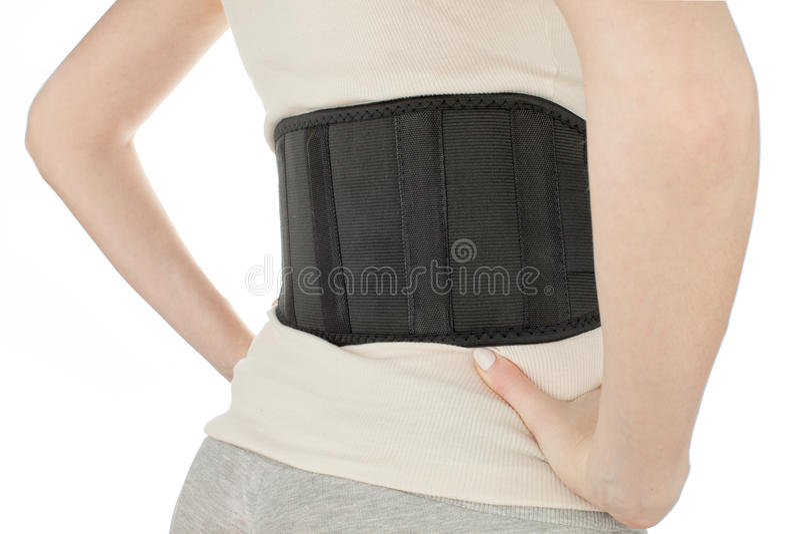 Femme utilisant de retour la ceinture de soutien d'isolement sur le blanc photo libre de droits