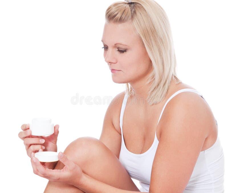 Femme utilisant la lotion de fuselage photos stock