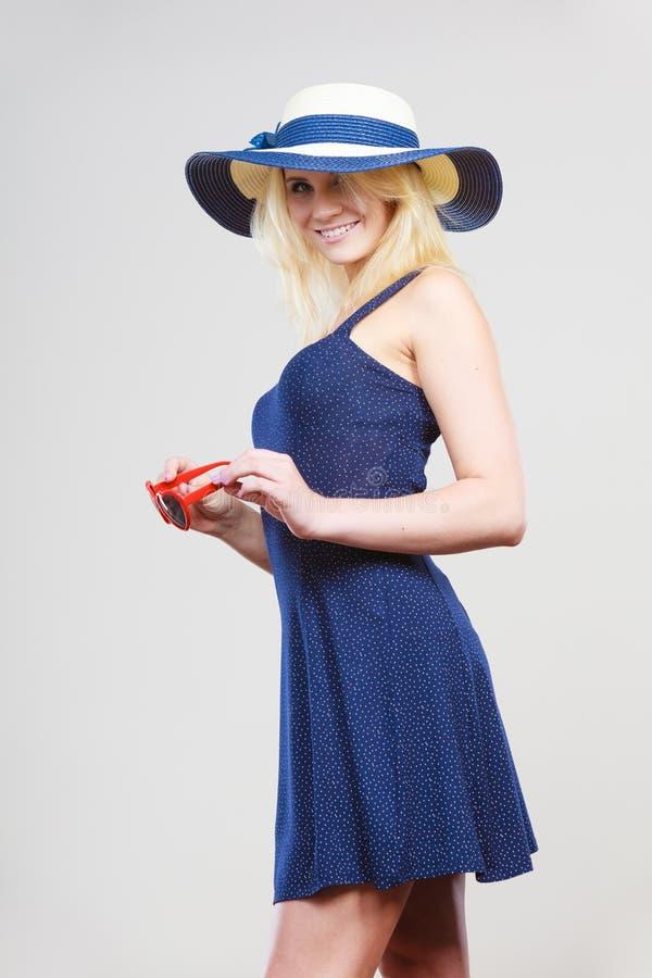 Femme utilisant la robe de marine et le chapeau courts du soleil photo libre de droits
