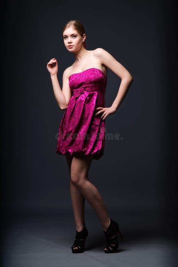 Femme utilisant la robe rose et les hauts talons images libres de droits