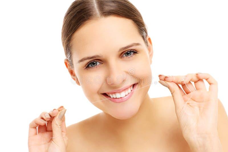 Femme utilisant la soie dentaire photo libre de droits