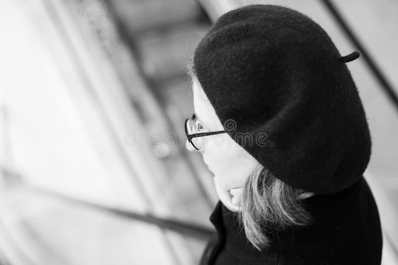 Femme utilisant le béret français et l'eyewear à la mode de Cacharel photos stock