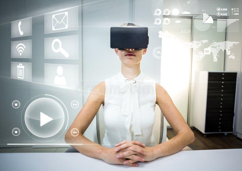 Femme utilisant le casque de réalité virtuelle de VR avec l'interface images stock
