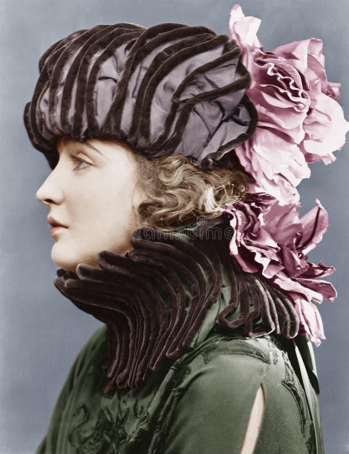 Femme utilisant le chapeau élaboré (toutes les personnes représentées ne sont pas plus long vivantes et aucun domaine n'existe Ga photographie stock