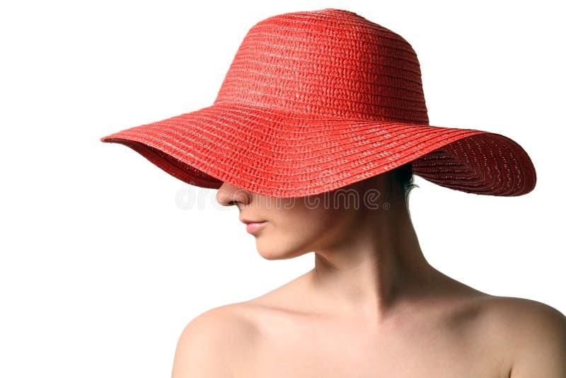 Femme utilisant le chapeau de paille rouge image stock