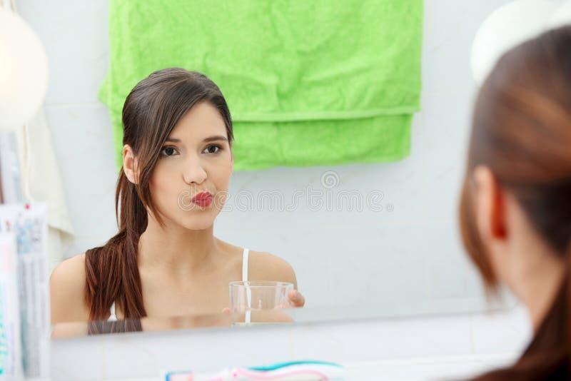 Femme utilisant le collutoire image stock