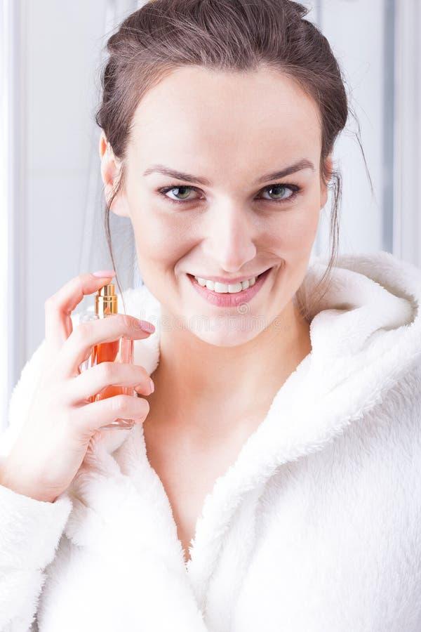 Femme utilisant le parfum images libres de droits