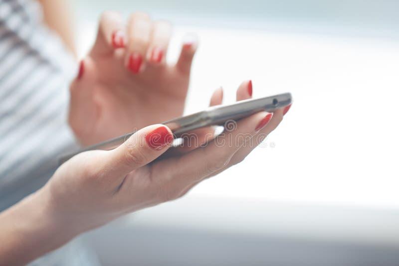 Femme utilisant le smartphone photos stock