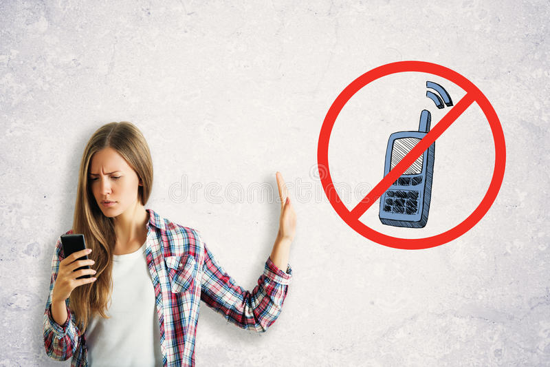 Femme utilisant le smartphone photo libre de droits
