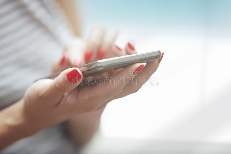 Femme utilisant le smartphone image stock