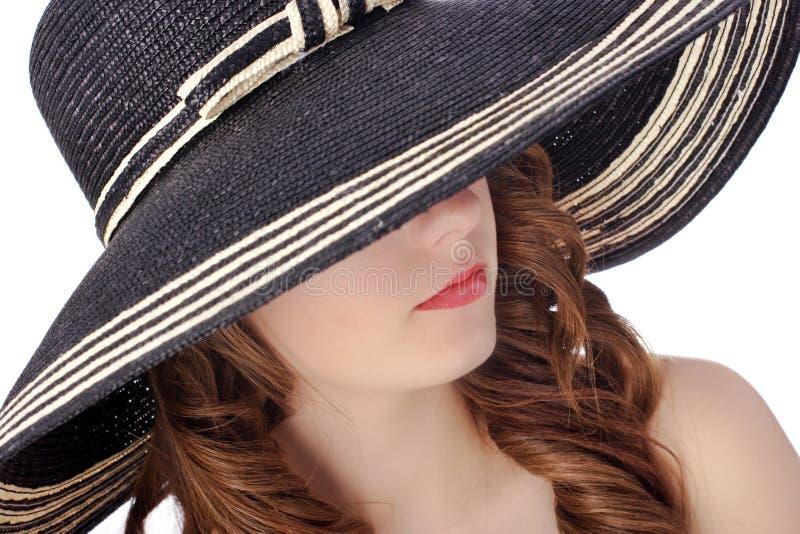Femme utilisant un chapeau photographie stock libre de droits