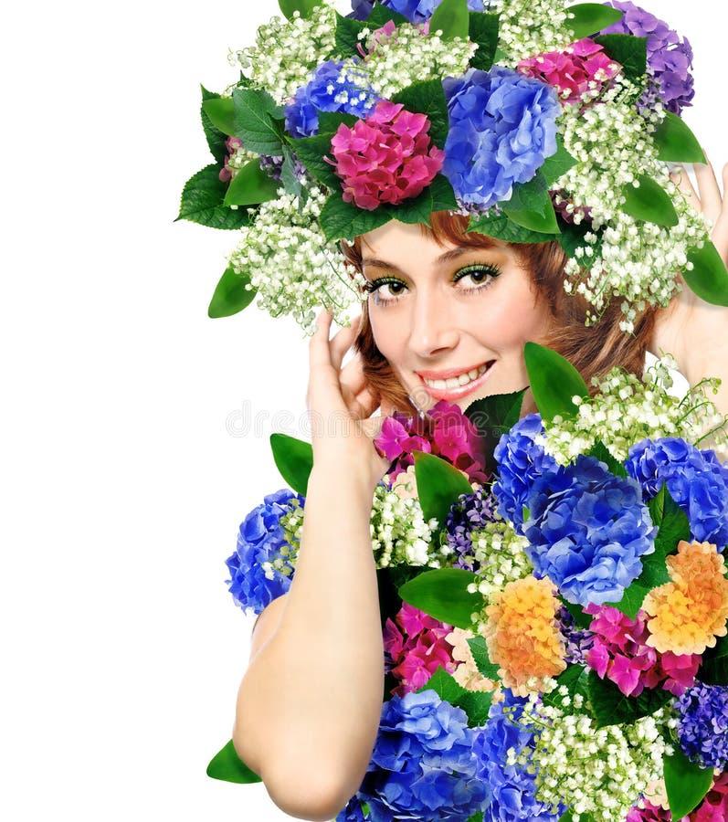 femme utilisant une tête des fleurs image stock